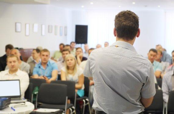 Czy lektor bez doświadczenia poradzi sobie z tłumaczeniem ustnym?
